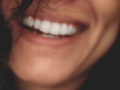 白人女性の笑顔は素敵!どこか正直で素直さがでる笑顔の違いとは?